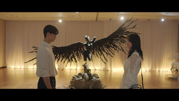 Na-bi and Jae-eon reunite in front of their sculpture in the final episode.